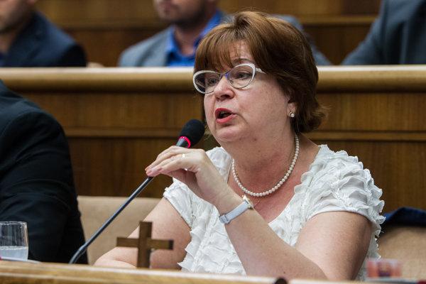 Poslankyňa ĽSNS Natália Grausová zamestnala ako asistentku Luciu Žužová, ktorá figurovala v kauze z roku 2004.