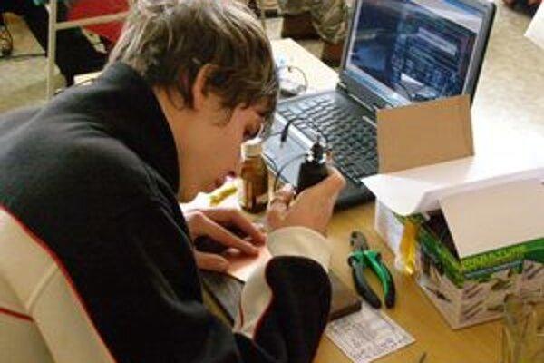 Študenti súťažili v strojárstve a programovaní.