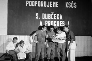 Na všetkých pracoviskách v ČSSR bol 19.júla 1968 predmetom diskusií list piatich komunistických a robotníckych strán zaslaný z varšavskej schôdzky Ústrednému výboru Komunistickej strany Československa a stanovisko k tomuto listu. Na snímke z pradiarne umelého hodvábu v Chemických závodoch Juraja Dimitrova v Bratislave