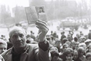 Muž drží v ruke občiansky preukaz zastrelenej Danky Košanovej.
