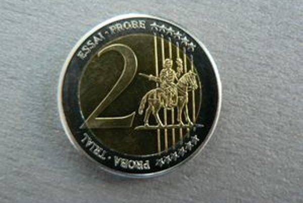 Falzifikát - na túto nepravú dvojeurovú mincu náhodou natrafila predavačka pri rátaní tržby.