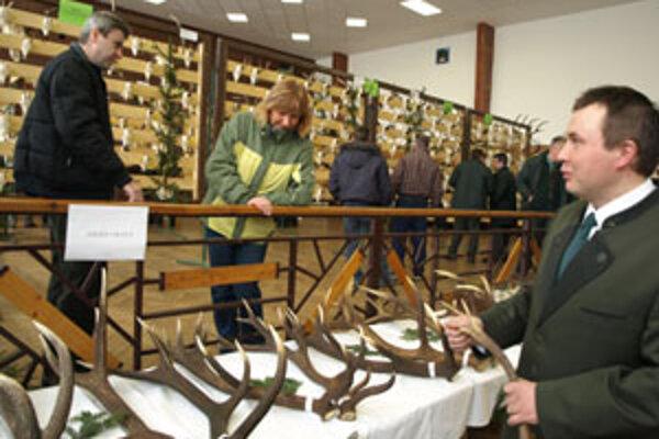 Podľa zhodov, ktoré poľovníci v tomto období nachádzajú v revíroch, dokážu odhadnúť kondíciu zvierat. Porozprával nám o tom Ján Rabčan z PZ Hruštín (vpravo).