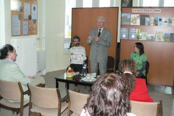 Ocenený autor Michal Mačička (stojaci uprostred) predstavuje čitateľskej verejnosti víťaznú knihu Oravy Môj rodný kraj.