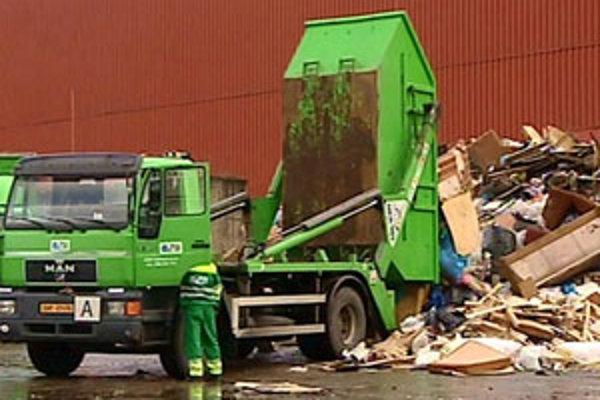 """Vodiči áut, prevážajúcich veľkoobjemové kontajnery, sú povinní kontajner so smeťami prikryť plachtou alebo sieťou, ktorá bráni """"strácaniu"""" odpadkov popri ceste."""
