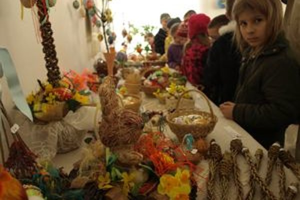 Na výstave nechýbali ani ďalšie symboly Veľkej noci – slamené zajačiky či veľkonočné korbáče.