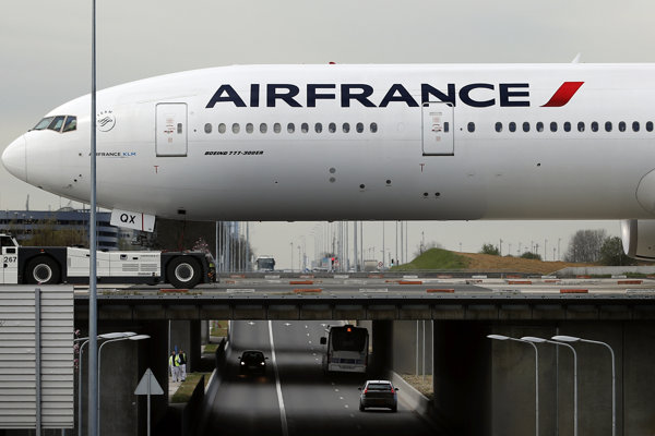Vedenie Air France-KLM a odborári dosiahli dohodu o raste miezd