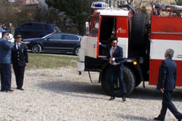 Minulú sobotu dostali dobrovoľní hasiči do Zákamenného novú cisternu s vodným delom.
