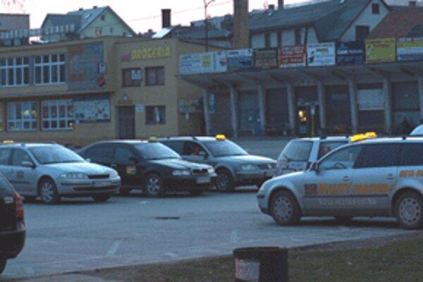 Námestovských taxikárov nájdete na stanovišti takmer v každú dennú i nočnú hodinu.
