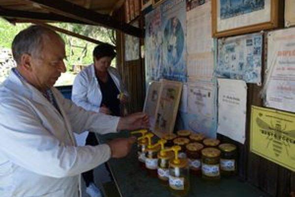 Včelárstvu sa venuje celá rodina. Rozsiahla farma ich zamestnáva počas celého roka.