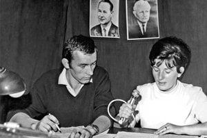 Na snímke pri mikrofóne hlásateľka Lýdia Faksová a redaktor Fedor Mikovič v auguste 1968.