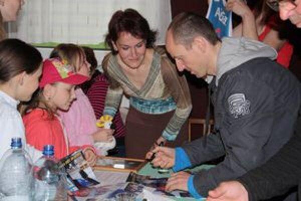 Martin Bajčičák sa mladým športovcom ochotne podpisoval.