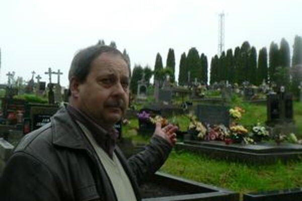 Starosta Pavol Bugaj ukazuje stožiar pri cintoríne. Za to, že si ho na pozemku obce mohla firma postaviť, budú mať Ťapešovčania zadarmo internet.