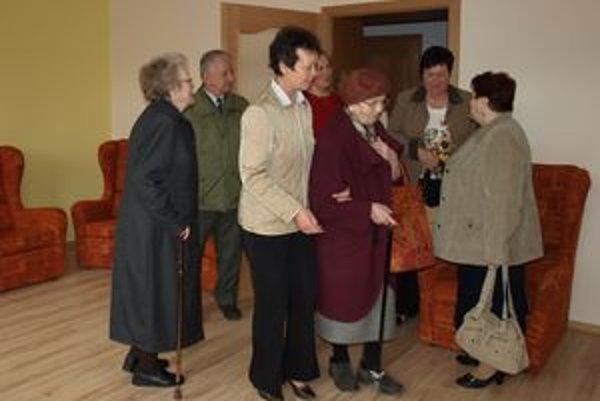 Potenciálni klienti si v piatok pozreli nové priestory jedinej škôlky pre seniorov na Orave.