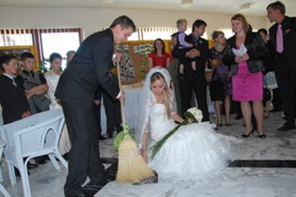 Ivana Číčová a Michal Janeta, prví novomanželia, ktorí si zatancovali na novom parkete.
