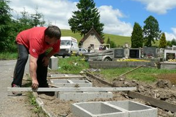 Na cintoríne v Párnici vyrastá malý urnový háj.