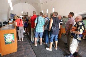 Na mincu sa v prvý deň predaja (9.8.) čakalo v radoch.