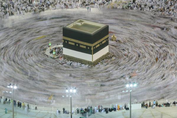 Moslimovia krúžia počas modlitieb okolo posvätnej kocky Kaaba v areáli Veľkej mešity v Mekke.