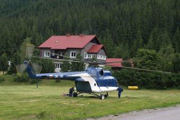 Vrtuľník pravidelne dopĺňal palivo na ploche neďaleko chaty Zverovka.