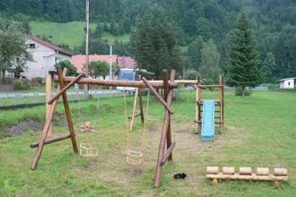 Drevené prvky na detské ihrisko urobil Ján Čižmárik. Pribudnú k nim ďalšie, obec na ne dostala peniaze od štátu.