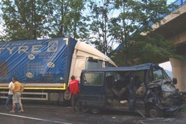 Pri havárii sa ťažko zranili dvaja ľudia.