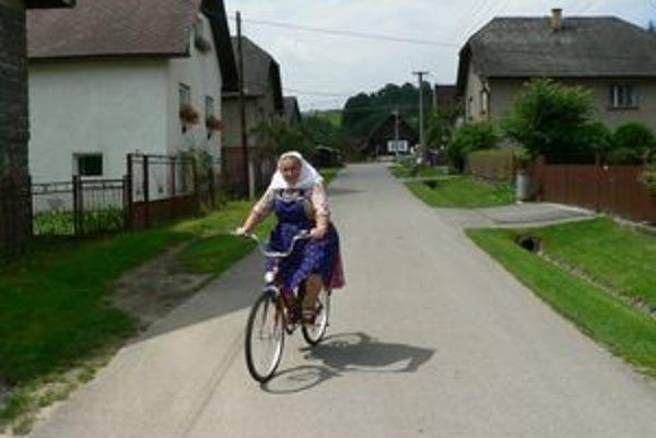 Najstaršia generácia dlžianskych žien je zvyknutá na každodenné nosenie krojov. Nevadia im pri práci, dokonca v nich aj bicyklujú.