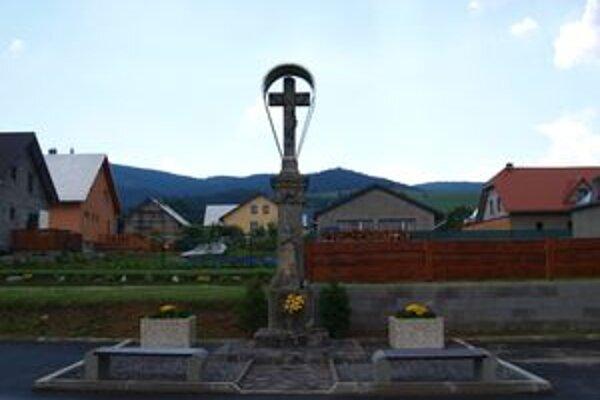 Kríž. Od kostola ho presťahovali k amfiteátru.