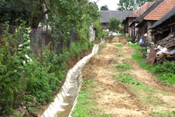 Uplynulý týždeň tu zamestnanci obce uložili po celej dĺžke kamenné žľaby.