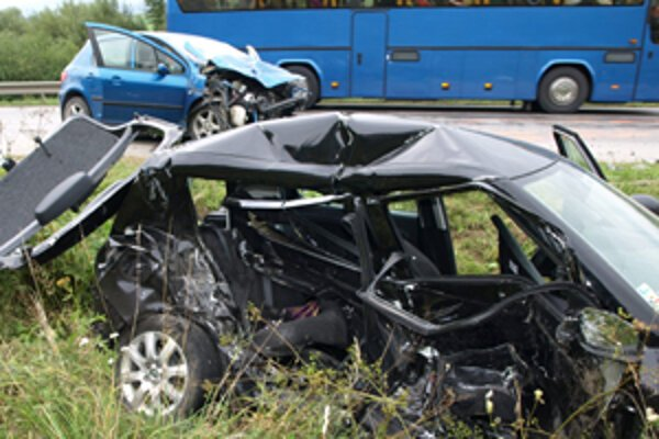 Vraky áut po dnešnej vážnej nehode na ceste medzi Tvrdošínom a Trstenou.