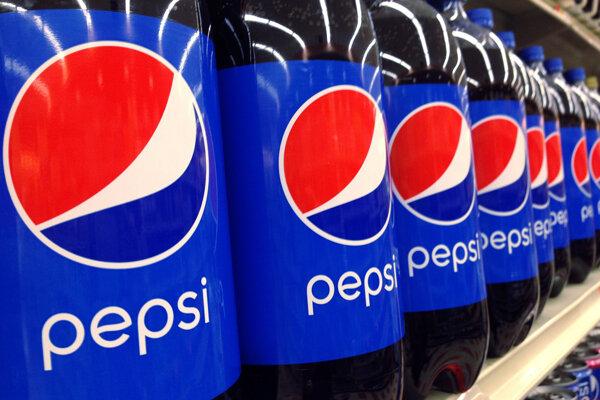 Fľaše Pepsi sú vystavené v supermarkete.