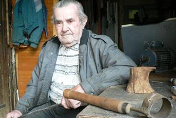 František Graňák. K práci s drevom mal blízko odmala. Jeho sen vyrezať kolekciu miniatúrneho pracovného náradia prekazila strata zraku.