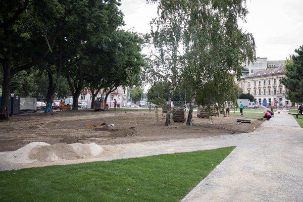Landererov park na Šafárikovom námestí v Bratislave počas posledných úprav pred otvorením.