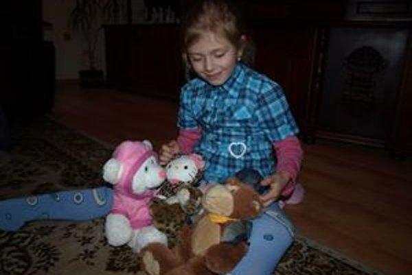 Sofia má rada svoje hračky, ktorých od jej návratu z nemocnice poriadne pribudlo.