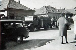 Okupačné vojská, ktoré tajne odfotil sanitár cez plot starej novozámockej nemocnice.
