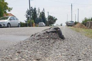 Nástrahy na okrajoch ciest môžu byť príčinou nehody.