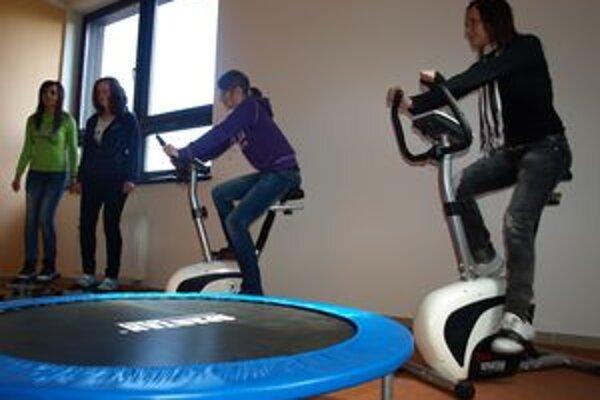 Nové fitnesko využívajú mladšie aj staršie ženy.
