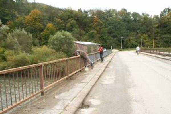 Hrdzavý most. Materiál na jeho opravu dodali cestári, pracovníkov zase obec.