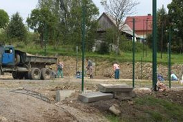 V septembri ešte ani nebolo vidieť, že na ploche vedľa školy vzniká ihrisko. Dnes na ňom športujú nielen deti, ale aj dospelí.