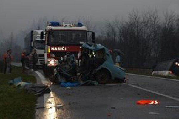 Autobus skončil po zrážke prevrátený mimo cesty. Žiadny z cestujúcich sa vážne nezranil, muž z auta však nehodu neprežil.