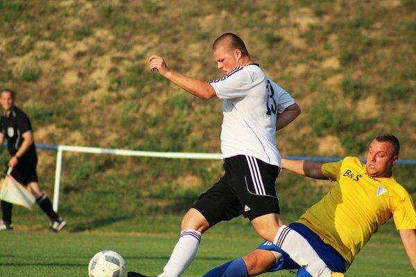 Tomáš Jánošov (v bielom) strelil jediný gól v zápase V. Zálužie - Čeľadice (0:1).