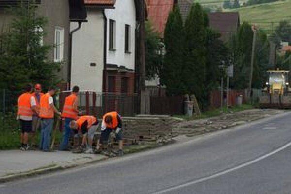 Výstavba chodníkov v rôznych lokalitách Nižnej je v plnom prúde.