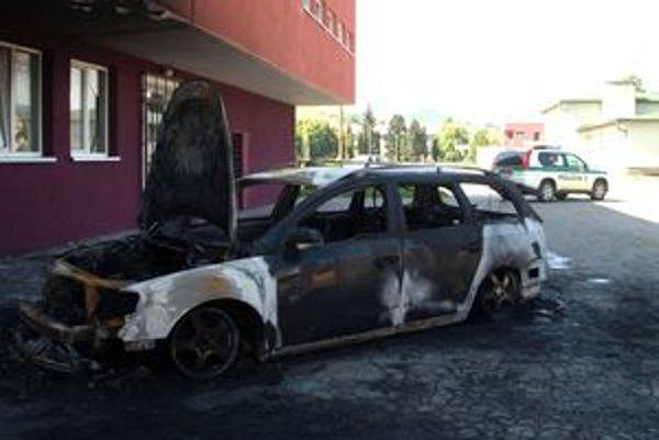 VW Passat zhorel do tla, plamene poškodili aj budovu, pri ktorej parkoval.
