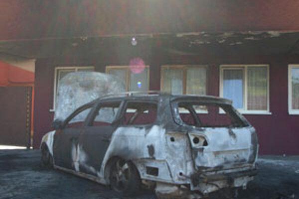 Plamene zo zapáleného auta poškodili aj budovu BSS, pri ktorej parkovalo.
