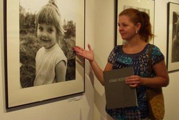 Eva Gočálová pri svojom portréte z detstva v Galérii Márie Medveckej v Tvrdošíne – Medvedzí.