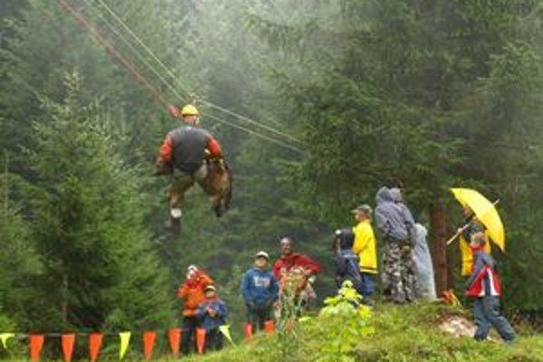 Jedna z ukážok členov horskej služby - zlanenie lavínového psa z ťažko dostupného terénu.
