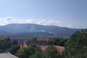 Dym sa valil z hory na Stráňach.