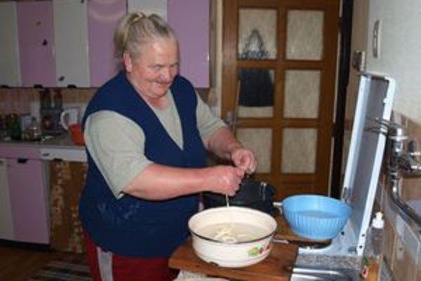 """Helenu Makúchovú sme našli pri práci – ťahala syrové korbáčiky. """"To sú na oslavu, dcéra bude mať 30 rokov,"""" povedala nám starostlivá matka babka a prababka."""
