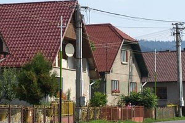 Rozhlasové stĺpy v Oravskom Bielom Potoku pripomínajú svojím sfarbením obecnú vlajku.