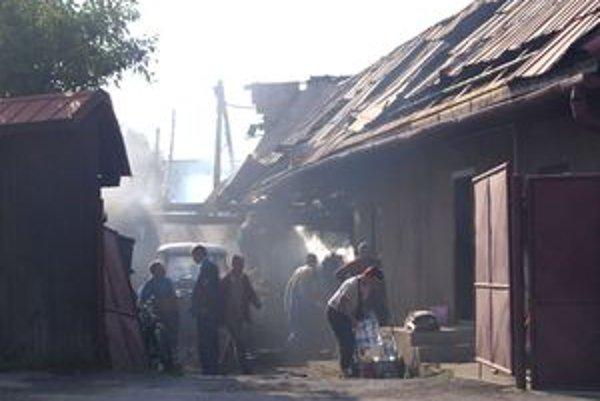 """Rodinný dom v Hruštíne zachvátili plamene. """"Preskočili"""" naň z neďalekých hospodárskych budov."""