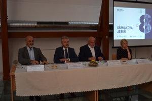 Projekt Osmičková jeseň prišiel predstaviť predseda Košického samosprávneho kraja Rastislav Trnka spolu s riaditeľmi kultúrnych inštitúcií. (Zľava: Július Klein, Rastislav Trnka, Robert Pollák, Dorota Kenderová).