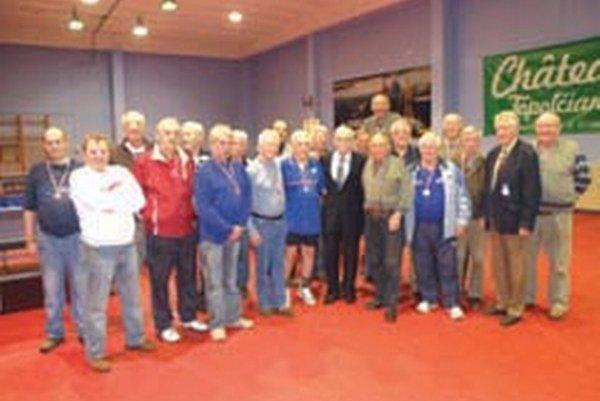 Zúčastnení seniori s organizátormi Vianočného turnaja.